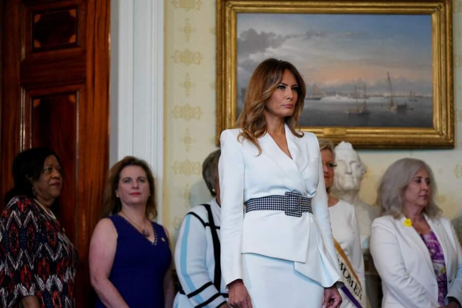 À l'occasion de ce jour lourd d'importance, Melania Trump a assisté à un événement à la Maison Blanche, et plus particulièrement au sein de la Salle Bleue, vêtue de blanc