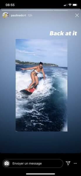 Pauline Ducruet profite de ses vacances pour faire du surf