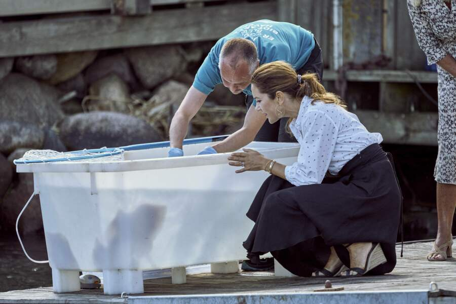 Mary de Danemark n'a pas vraiment respecté les règles de distanciation sociale durant sa visite à l'aquarium de Grena