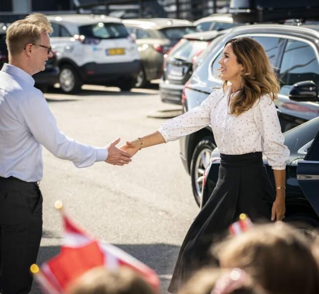 Ce mardi 19 août, alors qu'elle visitait l'aquarium de Grena, Mary de Danemark a serré la main de son interlocuteur à son arrivée