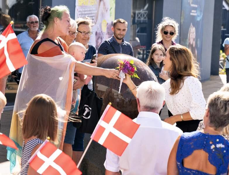 Durant cette visite à Grena, Mary de Danemark s'est montrée proche du peuple, oubliant parfois les gestes barrières