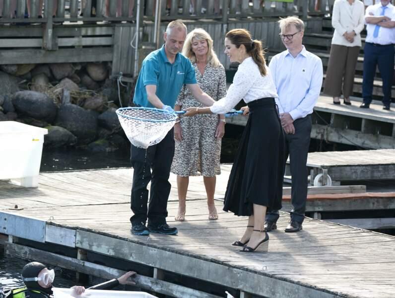 Mary de Danemark n'a pas hésité à s'approcher de ses interlocuteurs, malgré la situation sanitaire