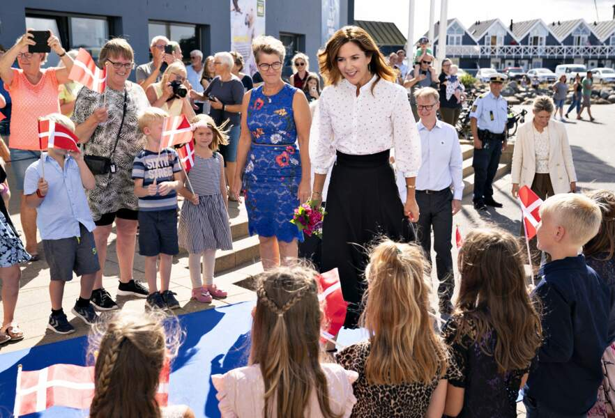 La princesse Mary de Danemark n'a pas hésité à s'approcher des enfants présents pour l'occasion