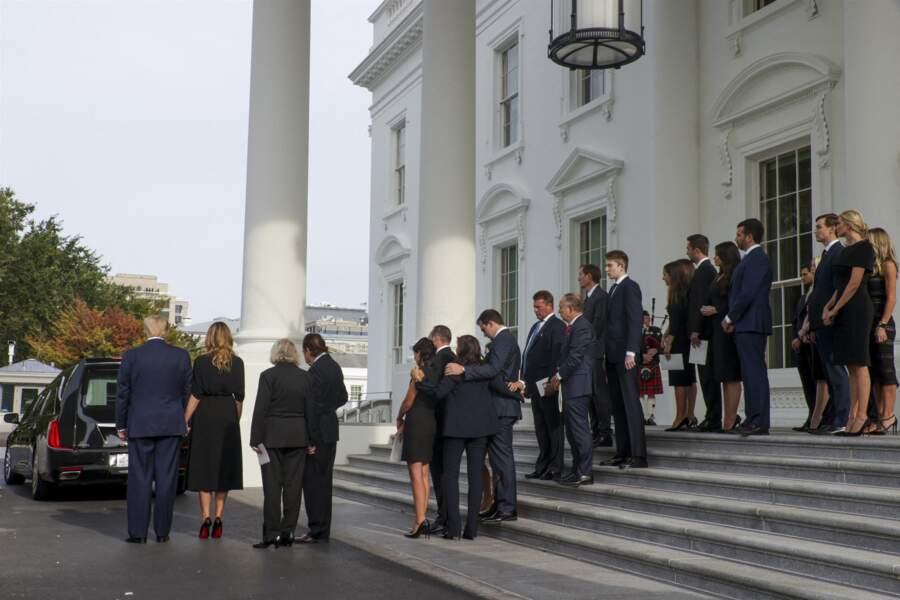 Les proches de Robert Trump suivant son cercueil le 21 août 2020