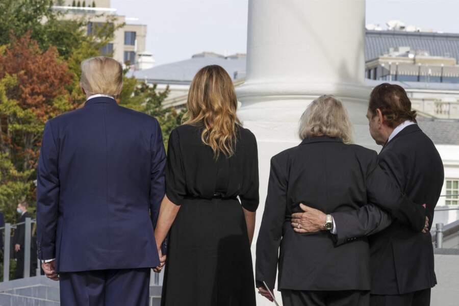 Donald et Melania Trump se recueillant derrière le convoi funéraire de Robert Trump le 21 août 2020