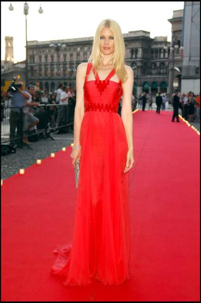 Claudia Schiffer sculpturale pour le 10ème anniversaire de la mort de Gianni Versace en 2007.