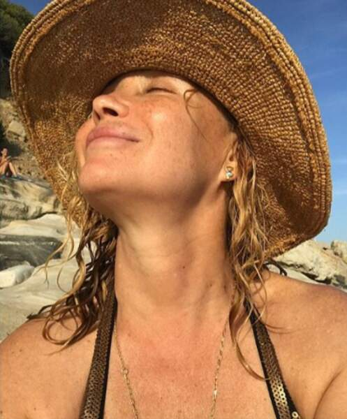 Le 14 août, Emmanuelle Béart profite du soleil au bord de la mer