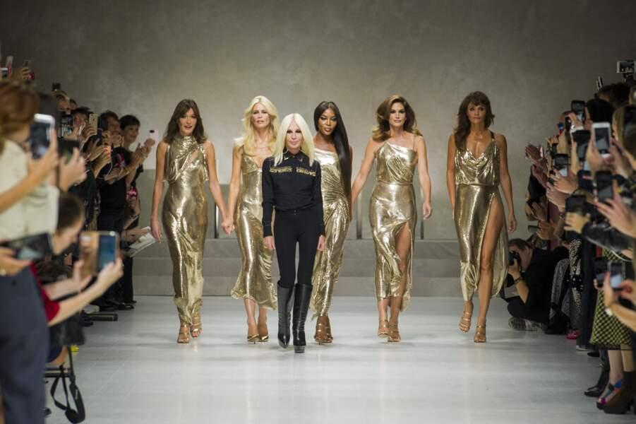 Carla Bruni Sarkozy, Claudia Schiffer, Naomi Campbell, Cindy Crawford, Helena Christensen... Les Supermodels se reforment et défilent pour Versace le 22 septembre 2017.