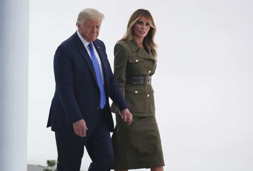 Melania Trump impressionne avec ce tailleur d'inspiration militaire, très cintré à la taille, signé Alexander McQueen.