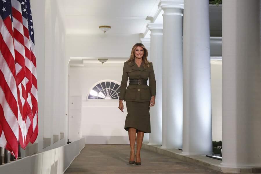 Melania Trump conquérante dans son tailleur Alexander McQueen pour la convention républicaine.