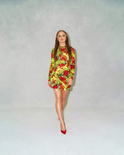 Joey King pose en en total look Versace à Los Angeles. Elle porte des escarpins Giuseppe Zanotti.