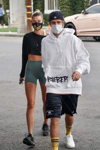 """Justin Bieber et sa femme Hailey habillés en """"Drew"""", la nouvelle ligne unisexe du chanteur pop."""