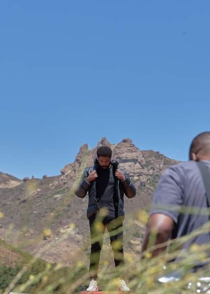 """Michael B. Jordan égérie masculine Coach pose en doudoune lors du shooting """"Coach Families""""."""