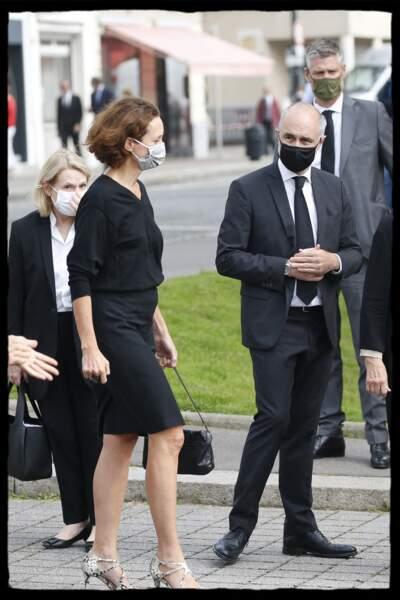 Edith Chabre, la femme de Edouard Philippe, masquée et vêtue d'une tenue sombre était accompagnée par Gilles Boyer.