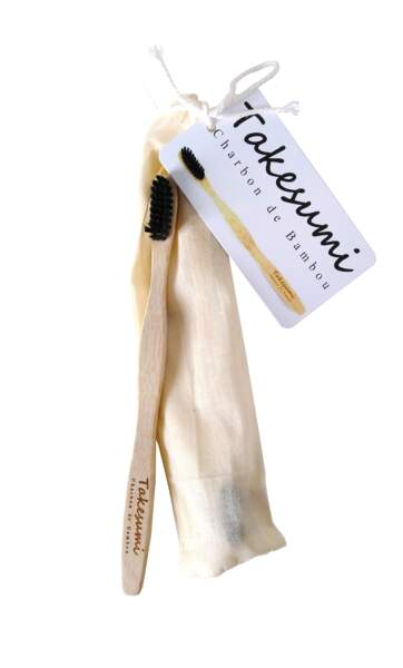 Brosse à dents (medium) infusée au charbon de bambou, Takesumi, 19 cm, 3,95€, en magasins bio, concept-store, pharmacies et parapharmacies