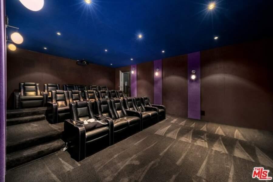 Grand luxe ! Laeticia, Johnny, Jade et Joy avaient même leur propre salle de cinéma à domicile