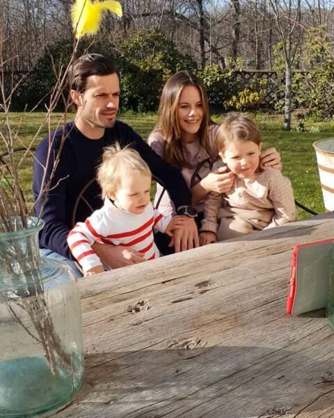 Carl Philip et Sofia de Suède, avec leurs deux enfants Alexander et Gabriel, le 11 avril 2020