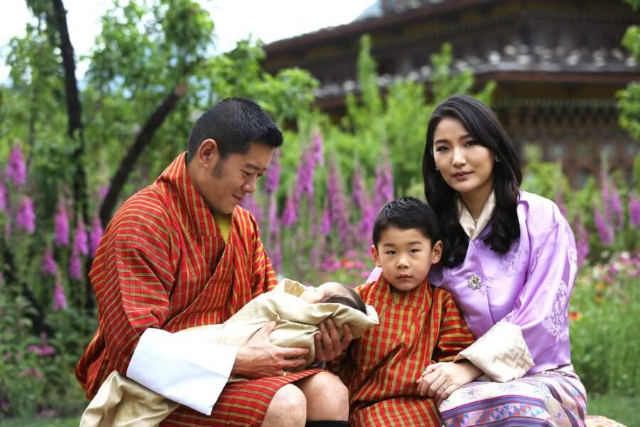 """Photo officielle de la famille royale du Bhoutan, dévoilée à l'occasion de la naissance du deuxième """"royal baby""""."""
