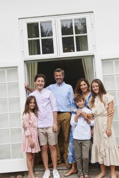 Le prince Frederik et son épouse la princesse Mary, entourés de leurs quatre enfants lors de leurs vacances estivales au Danemark
