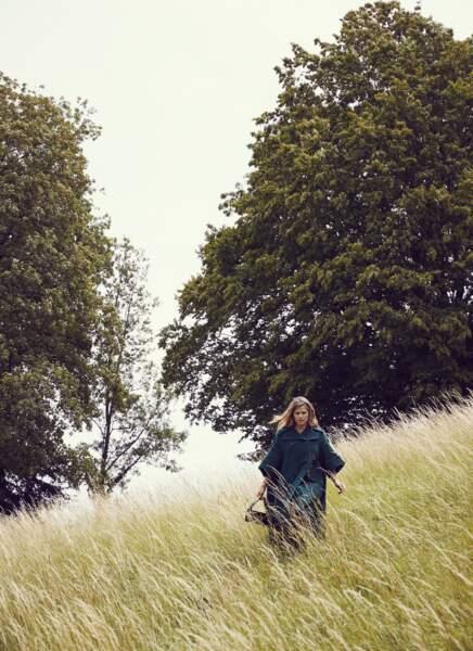 Manteau cape en laine et sac Lips en cuir de veau, les deux Lanvin. Collier et jonc Tiffany & Co.