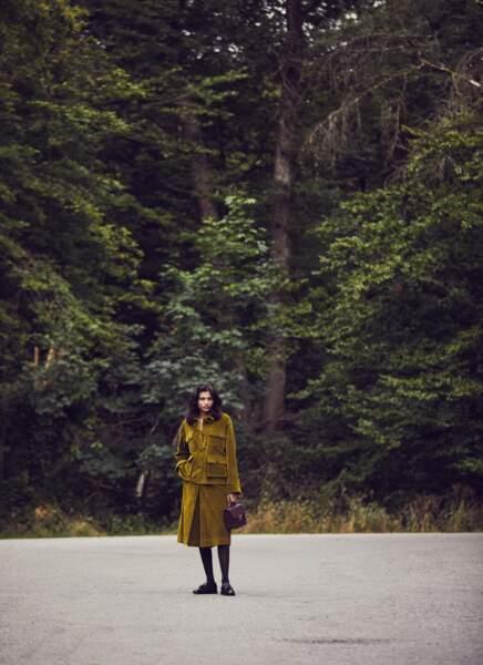 Veste et jupe-culotte en velours côtelé, les deux Vanessa Bruno. Sautoir Piaget, sac Le Tanneur, collants Fogal, mocassins Fratelli Rossetti.