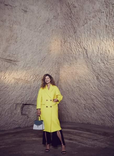 Tendance color block : Manteau en laine mélangée Escada, pantalon en viscose Roland Mouret chez matchesfashion.com. Sac 49 Faubourg Moreau Paris, sandales Escada.