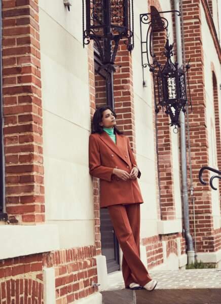 Costume en laine, col roulé en polyamide et mocassins en cuir, le tout Lacoste. Montre Swarovski.