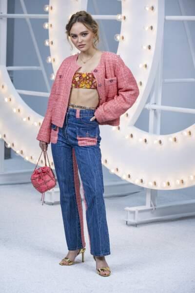 Lily Rose Depp en total look Chanel lors du défilé printemps-été 2021 au Grand Palais à Paris, le 6 octobre 2020.
