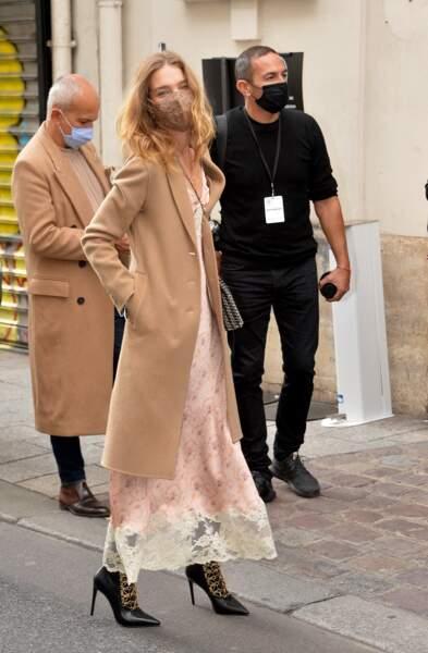 Natalia Vodiana associe cette robe-nuisette fleurie, à un manteau long camel, très tendance en automne.