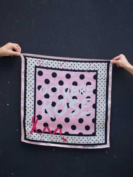 Caroll met en vente un carré à imprimés gros et petits pois à 25€, créé en collaboration avec l'association Octobre Rose.
