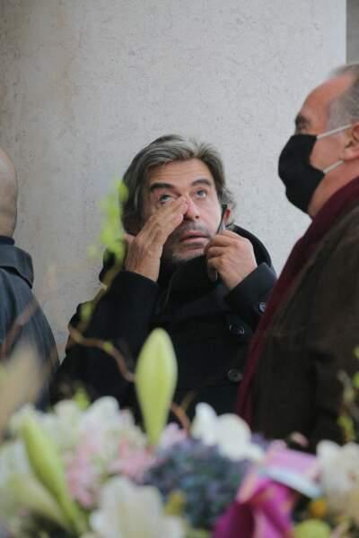 Le coiffeur Alexandre Zouari, très ému, était présent pour les funérailles de Kenzo Takada, au cimetière du Père Lachaise, à Paris, ce 9 octobre 2020.