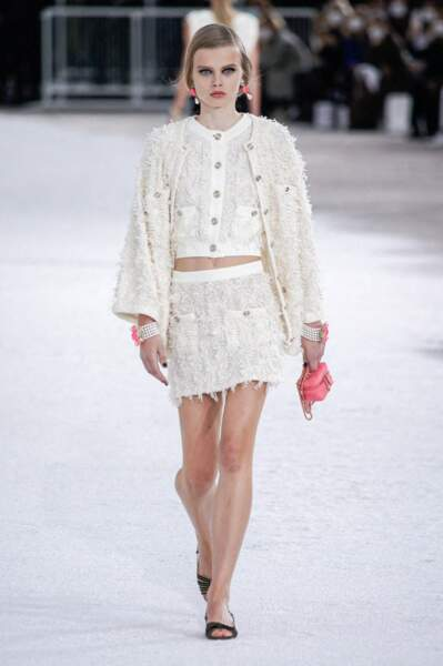 Tendance total look blanc sur le défilé Chanel printemps-été 2021