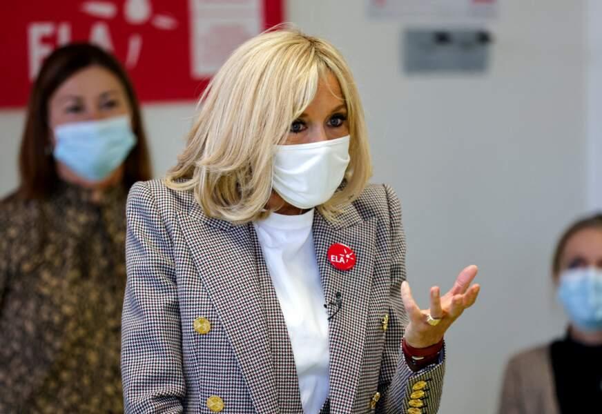 Brigitte Macron a décoré sa veste d'un badge