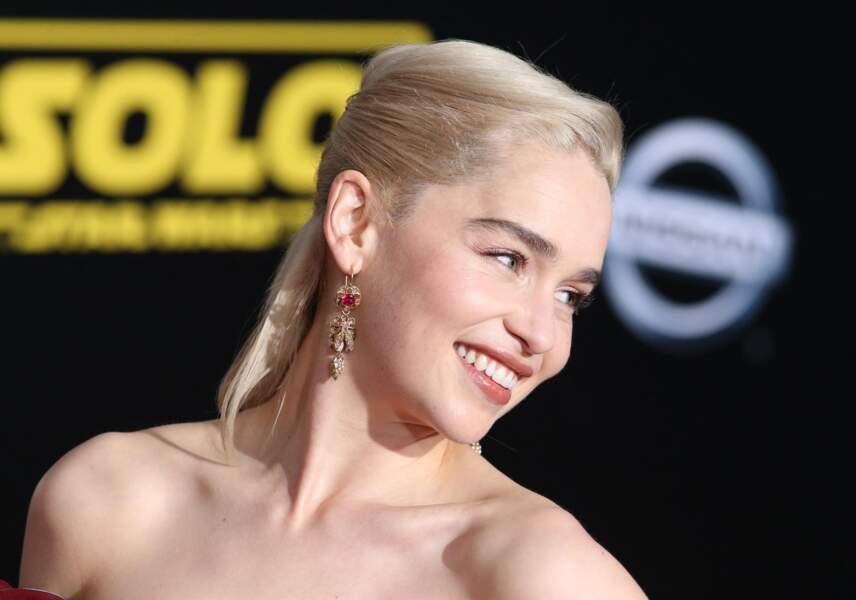 Emilia Clarke : une demie-queue de cheval plaquée