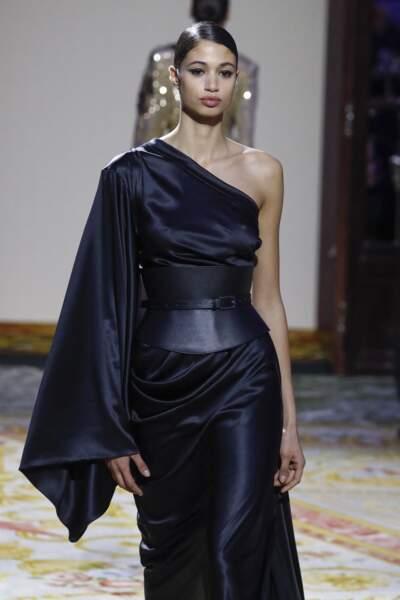 Cet automne-hiver 2020/2021, la ceinture XXL façon corset sur une robe fluide chez Redemption
