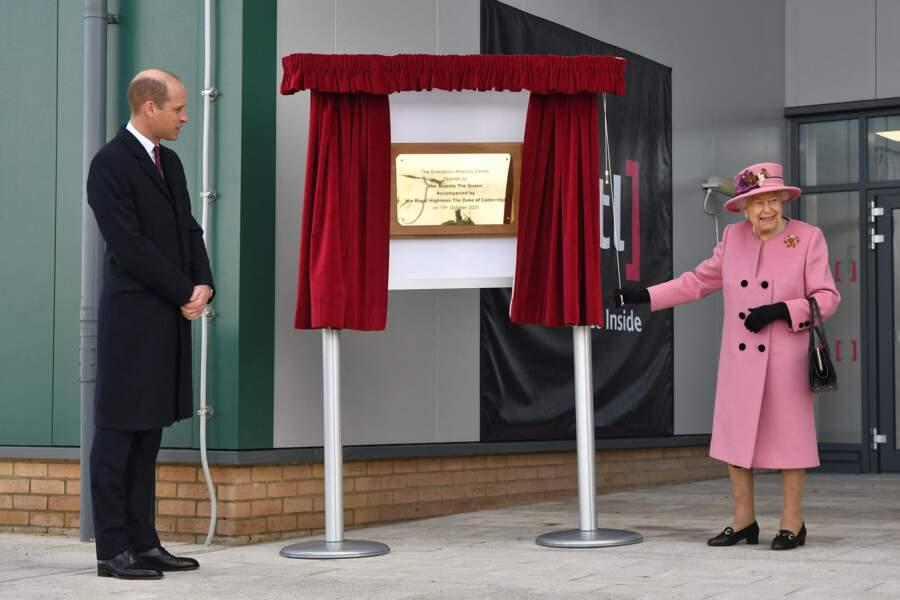 Visiblement heureuse de quitter un temps le château de Windsor, la reine Elizabeth II s'est même permis une petite note d'humour lors de ce déplacement