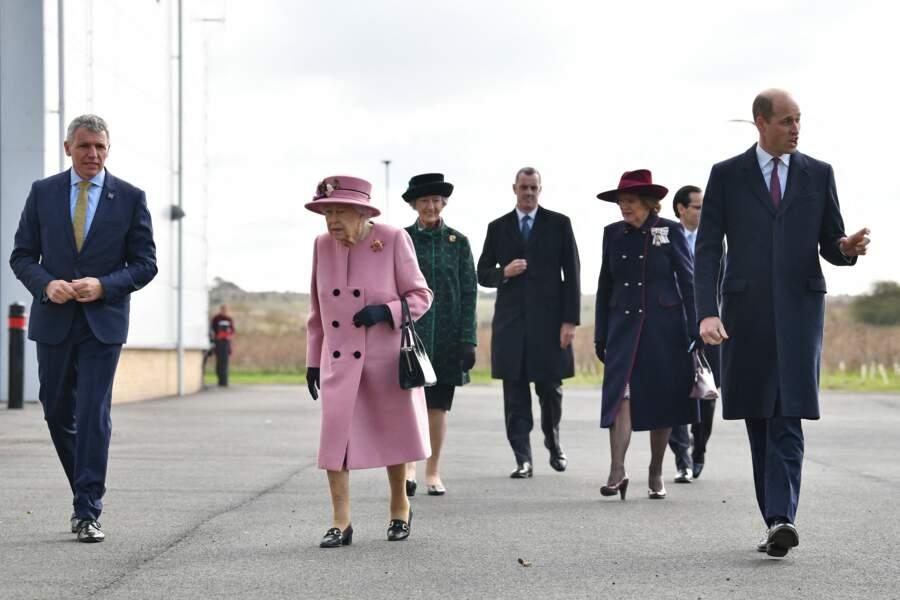 Durant ce déplacement, la reine Elizabeth II est apparue plutôt détendue et souriante, au côté de son petit-fils le prince William