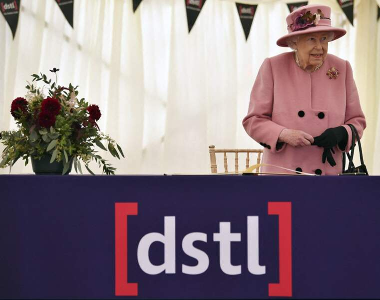 Pimpante dans son manteau rose bonbon, la reine Elizabeth II semblait en grande forme durant cette visite