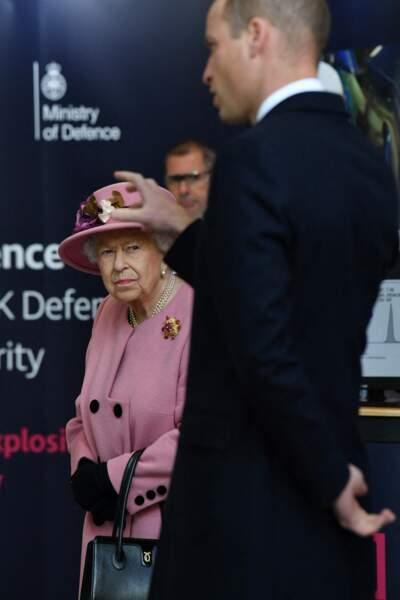 La reine et son petit-fils le prince William visitent le laboratoire des sciences et de la technologie de la défense (DSTL) à Porton Down, le 15 octobre 2020