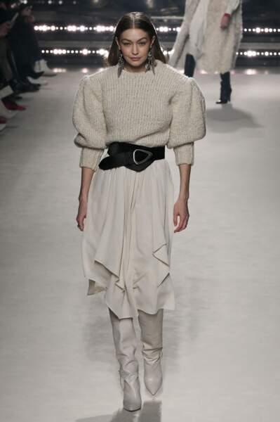 La ceinture XXL se porte sur un pull en cachemire et une jupe mi-longue lors du défilé automne-hiver 2020/2021 lors de la semaine de la mode à Paris Isabel Marant.