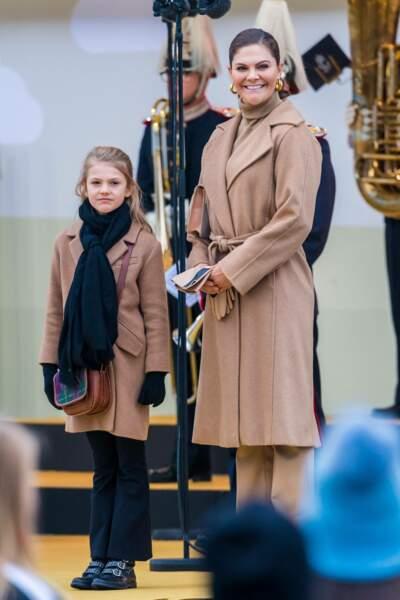 Jumelles ! A cette occasion, mère et fille arborent le même manteau camel