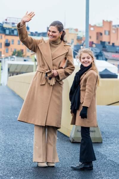 Comme sa mère Victoria de Suède, la princesse Estelle va devoir apprendre à maîtriser le salut royal