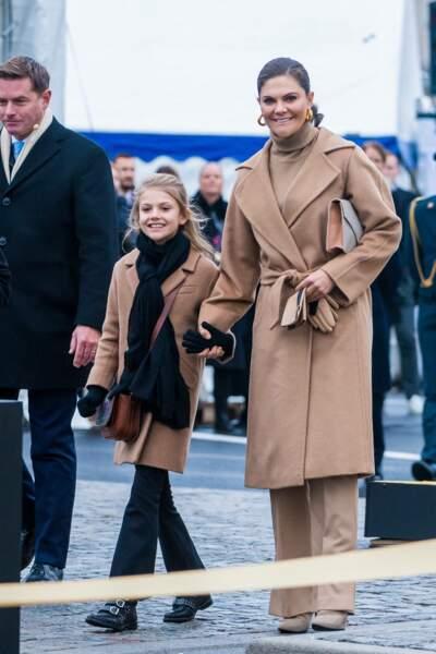La princesse Victoria de Suède accompagnée de sa fille la princesse Estelle lors d'une sortie officielle le 25 octobre 2020