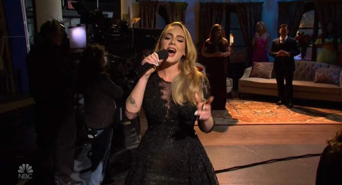 Adele a dévoilé une nouvelle silhouette et rayonne dans l'émission Saturday Night Live à Los Angeles, le 24 octobre 2020