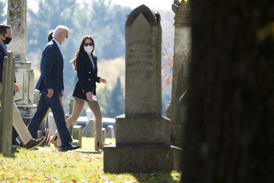 Joe Biden, belle-fille Hallie Biden (la femme de Beau), sortant de la messe à Wilmington, en Caroline du Nord, pour se recueillir sur la tombe de son fils Beau Biden, au cimetière Brandywine Roman Catholic le 8 novembre 2020.