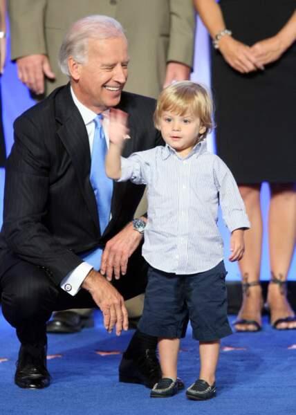 Joe Biden, avec l'un de ses petits-enfants, lors de la campagne présidentielle américaine de 2008.
