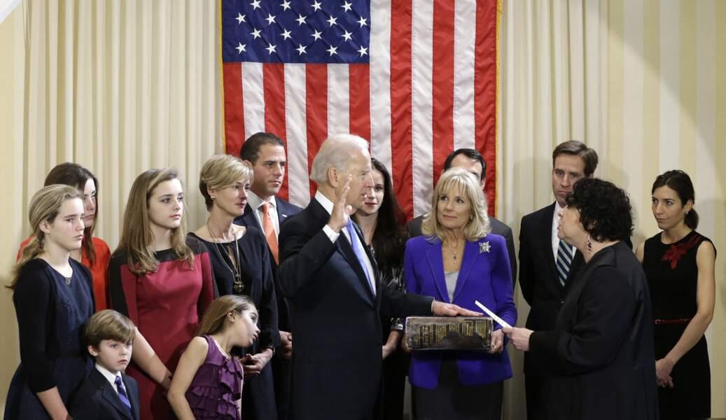 Joe Biden et toute sa famille, au moment de prêter serment devant la cour suprême des Etats-Unis, en janvier 2013. Il est notamment entouré de ses enfants et petits-enfants.