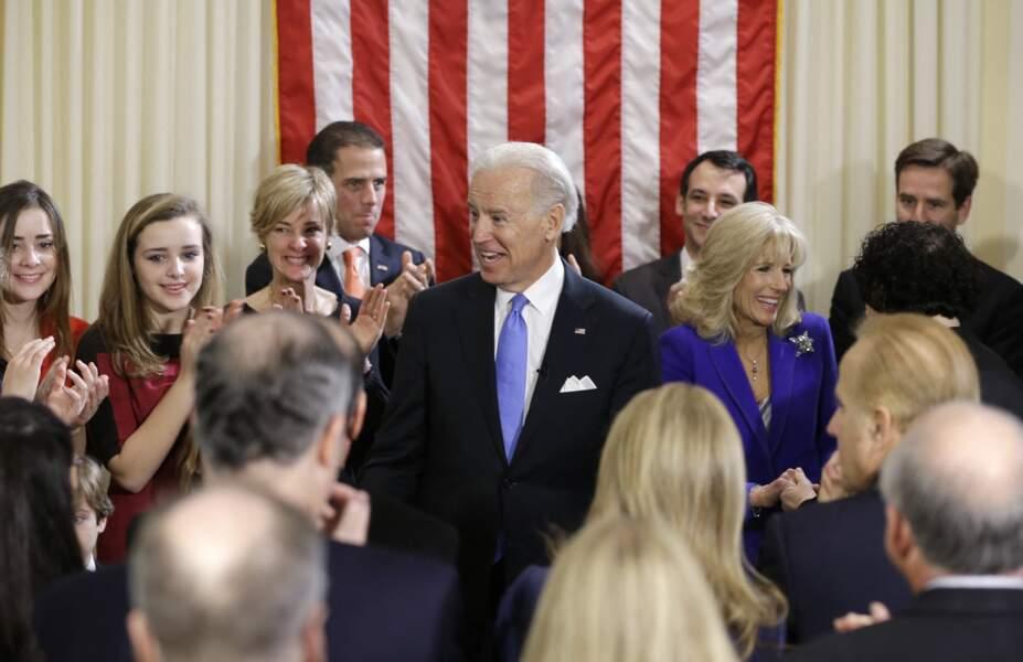 Joe Biden, avec son épouse Jill, ses enfants et petits-enfants, lors de sa cérémonie d'investiture le 20 janvier 2013, à Washington.