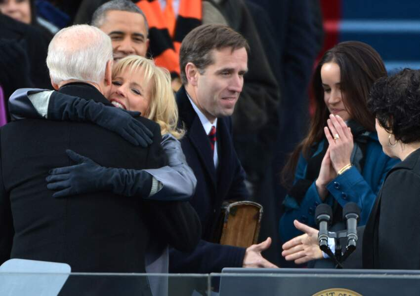 Beau Biden, l'un des fils de Joe Biden, décédé en 2015, avec son père sur scène et sa soeur, Ashley, en 2013.