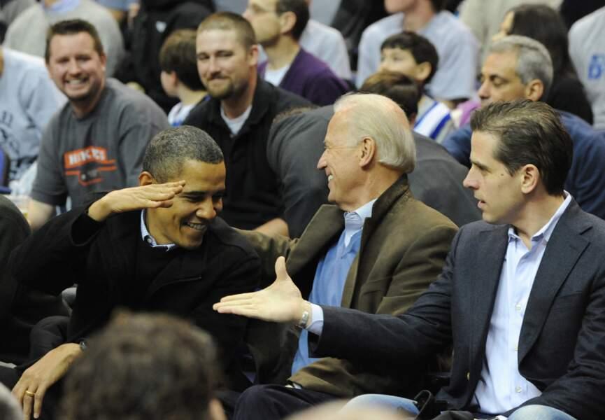 Joe Biden, avec son fils Hunter, et Barack Obama, lors d'un match de basket-ball, le 30 janvier 2010.